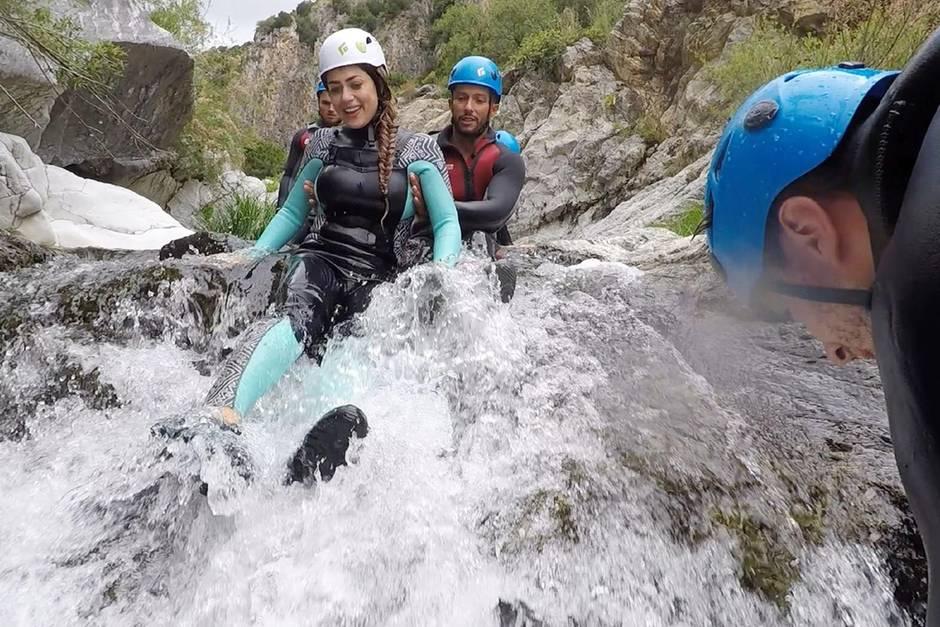 Im Wasser wird's glitschig für Jessica.