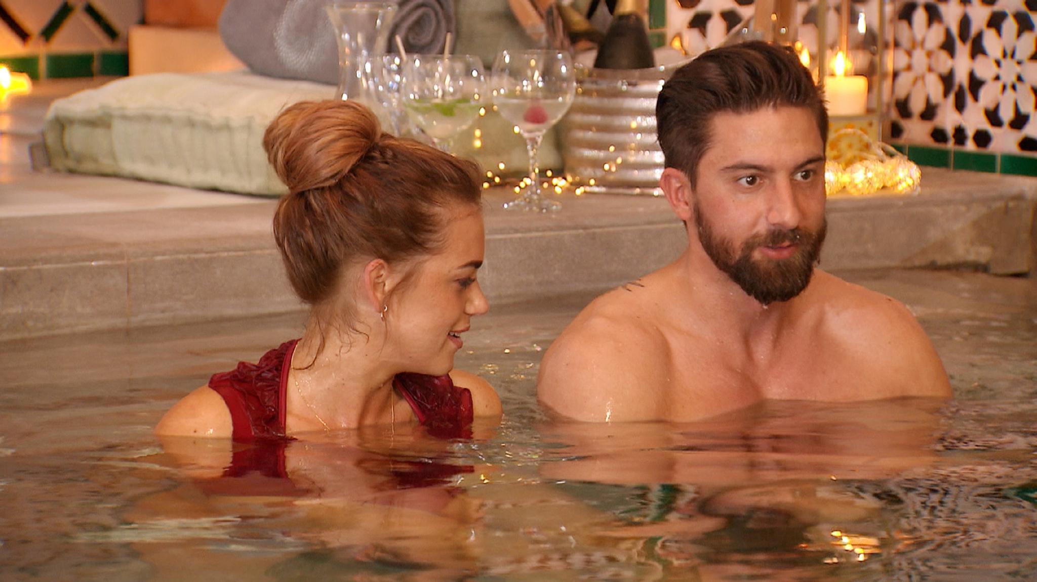 Jessica und Sebastian verbringen ihr Einzeldate in einem Spa.