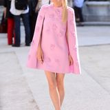 Denn nur wenige Stunden nach ihrem pinken Auftritt wurde bekannt: Ja, Nicky Hilton ist wieder schwanger. Und sie sieht fabelhaft aus! Ihr pinkes mit Blüten besticktes Valentino-Kleid steht ihr perfekt und versteckt einen kleinen Babybauch geschickt.