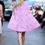 Auf dem Weg zur Valentino Show in Paris ahnte noch niemand, dass Nicky Hilton wieder schwanger sein könnte. Die Blondine wählte aber auch ein durchaus geschicktes Outfit.