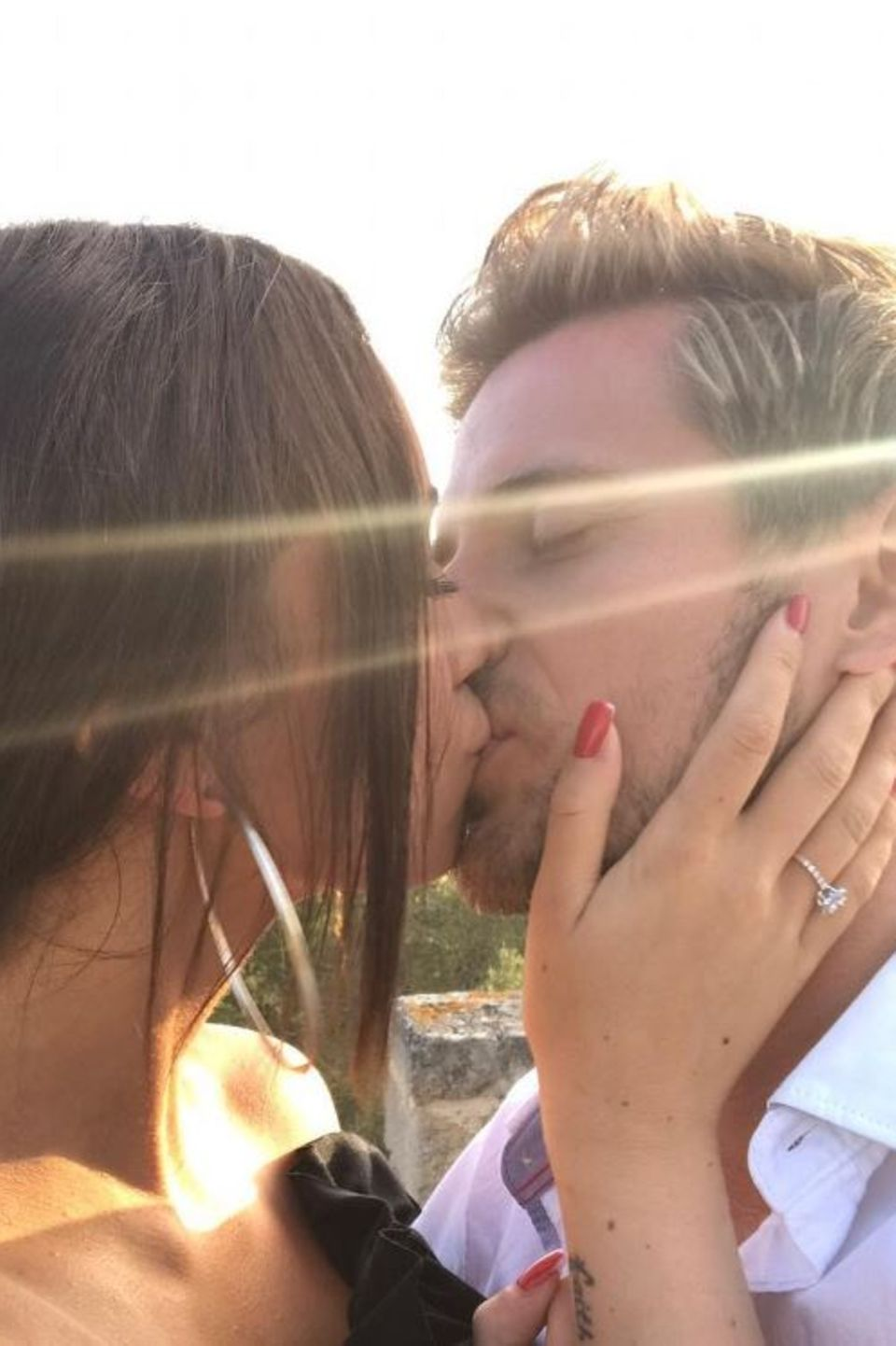 Ein Kuss um die Blitz-Verlobung zu feiern: GZSZ-Star Jörn Schlönvoigt lernte seine Hanna auf einer Dating-Plattform kennen und lieben.