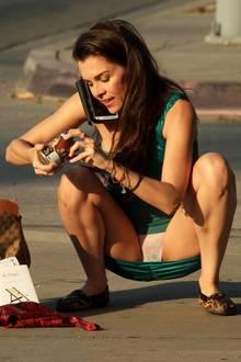 """Ups, wie peinlich! """"Baywatch""""-Star Alicia Arden passiert auf öffentlicher Straße ein super unangenehmes Mode-Malheur. Offenbar ist der Schauspielerin etwas aus der Tasche gefallen und sie kniet sich - ohne darüber nachzudenken - auf die Straße. Dass sie dabei aller Welt ihren weißen Schlüpfer präsentiert, war sicherlich nicht geplant."""