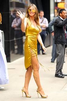 Strahlend schön zeigt sich Heidi Klum von Kopf bis Fuß in Gold. Das Mini-Kleid (Galvan ca. 1.800 Euro) mit raffinierter Schnürung ist perfekt auf die schimmernden High Heels undAccessoires abgestimmt.
