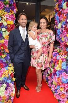 """6. Juli 2017  Tamara Ecclestone sieht sich gemeinsam mit ihrem Mann Jay Rutland und Tochter Sophia bei einer privaten Führung die """"One Love""""-Ausstellung des Künstlers Danny Minnick in der """"Maddox Gallery"""" in London an."""