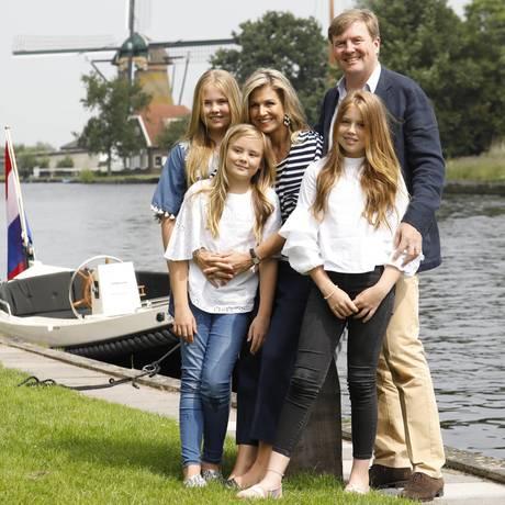 7. Juli 2017  Königin Máxima und König Willem-Alexander präsentieren sich mit den Töchtern Prinzessin Amalia, Prinzessin Alexia und Prinzessin Ariane beim traditionellen Sommer-Fototermin in Warmond bei den Kagerplassen.