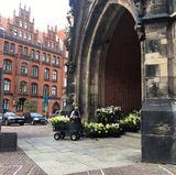 Am Freitagabend laufen die Vorbereitungen an der Marktkirche auf Hochtouren. Wunderschöne Blumenbouquets werden angeliefert und in die Kirche getragen.