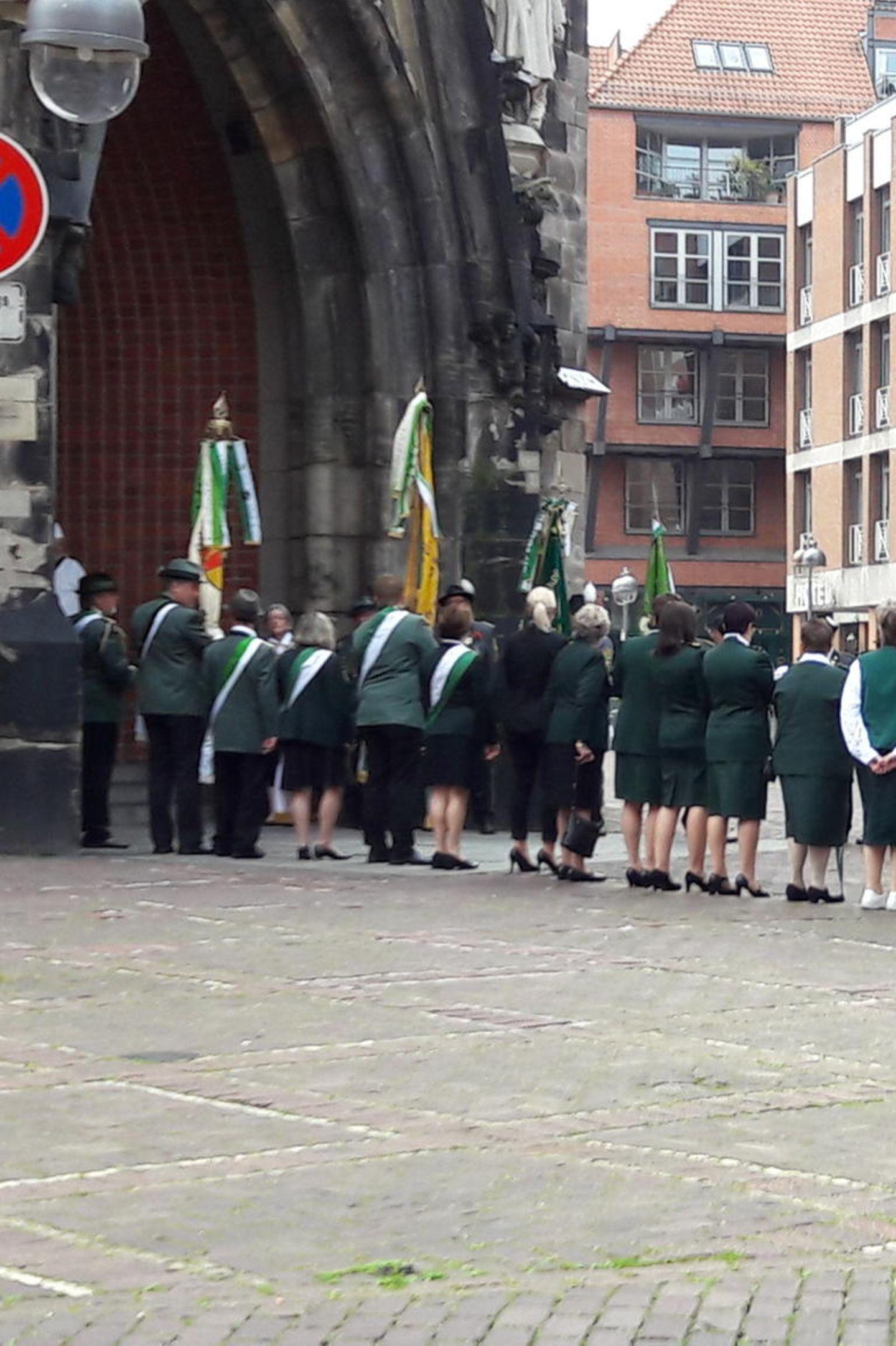 Kurz vor der Zeremonie stellen sich die Hannoveraner Schützen auf. Sie stehen Spalier, schließlich fühlt sich der Prinz mit Hannover und dem Schützenfest eng verbunden.