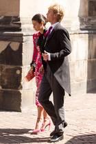 Prinz Christian von Hannover und seine Verlobte Alessandra de Osma sind selbstverständlich auch unter den Gästen und spazieren über das Kopfsteinpflaster in Richtung Haupteingang. Der jüngere Bruder des Bräutigams wird wohl im nächsten Sommer Hochzeit feiern.