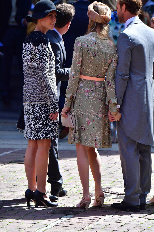 Auch Schwester Charlotte Casiraghi wird mit in die Marktkirche gehen und anschließend das Brautpaar feiern. Außerhalb hält sie sich jedoch lieber im Hintergrund und versteckt sich unter einem Hut.