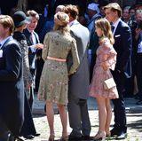 Bevor es in die Kirche geht, unterhalten sich die Monegassen noch gut gelaunt miteinander. Auch die jüngste Casiraghi-Schwester - Alexandra von Hannover - ist mit dabei und sieht in ihrem kurzen Kleid mit Blumengitter zauberhaft sommerlich aus.