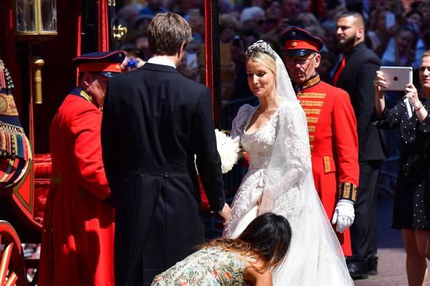 Prinz Ernst August und seine Ekaterina steigen in ihre Kutsche ein.