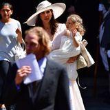 Darunter auch Andrea Casiraghi, der Söhnchen Alexandre an der Hand hält, und seine Frau Tatiana, die Töchterchen India auf dem Arm trägt.