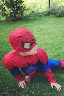 6. Juli 2017  In ihrem Garten findet Monica Ivancan eine ganz besondere Spezies: ein Spidergirl. Unter dem Kostüm steckt ihre Tochter Rosa, die man nur sehr selten in der Öffentlichkeit sieht.