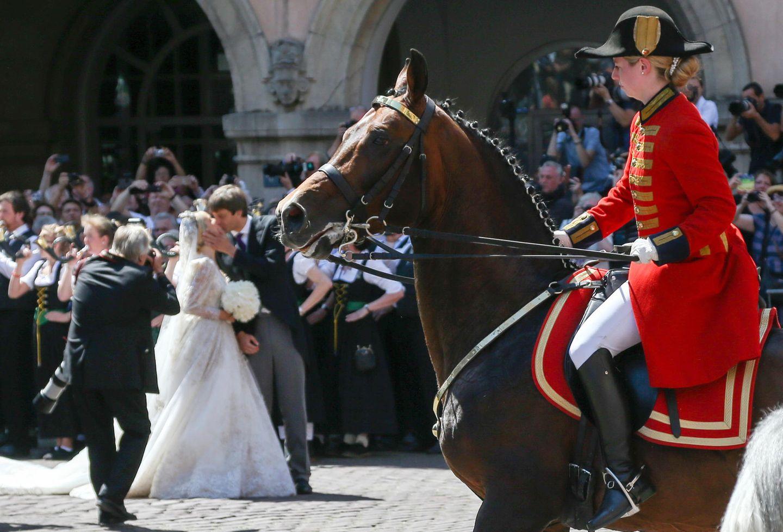 Ging fast unter, weil zeitgleich ein Pferd scheu wurde - aber Prinz Ernst August jr. und seine Frau küssten sich sogar ein Mal vor den Augen der Zuschauer.