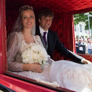 Märchenhochzeit in Hannover: Das Brautpaar durchquert mit der historischen Kutsche erst die Innenstadt und dann die Herrenhäuser Gärten.