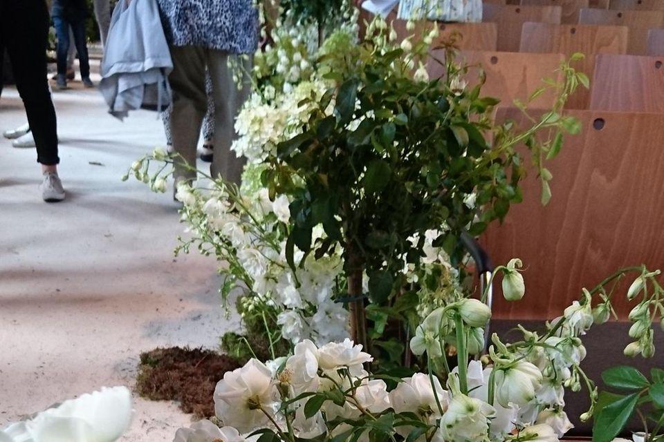 Die Blumen, die den Mittelgang schmückten, mussten zuerst unter den Sammlern leiden.