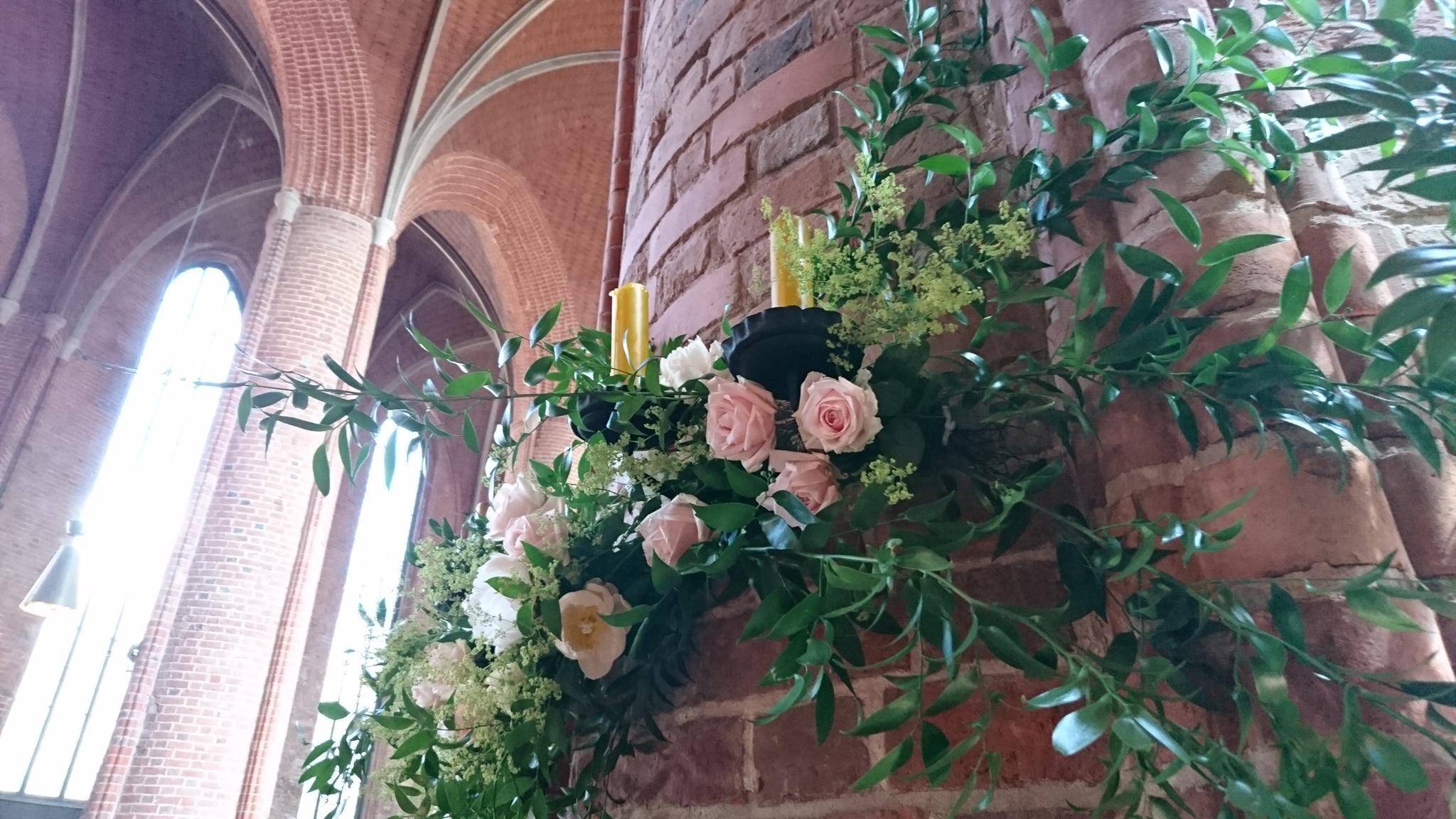 Blumendeko an den Säulen der Marktkirche