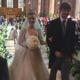 Danach schreiten sie gemeinsam an den Reihen der Marktkirche vorbei, die voll mit royalen Gästen sind.