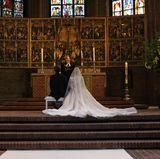 In den eher dunklen Gemäuern strahlt Ekaterinas Kleid aus weißer Chantilly-Spitze besonders schön.