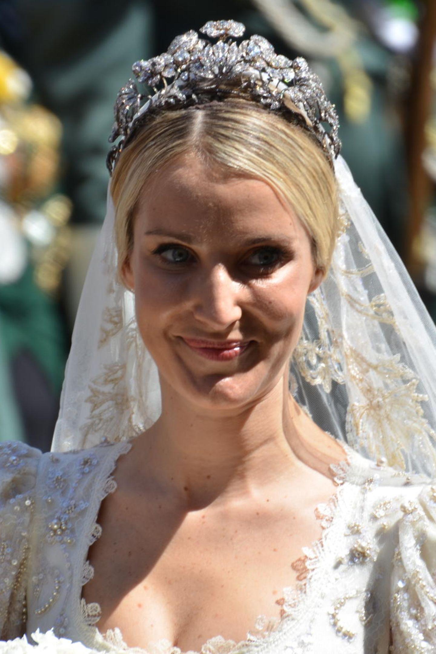 Es ist nicht allein das Kleid aus Chantilly-Spitze, das Ekaterina Malysheva bei ihrer Hochzeit mit Prinz Ernst August so wunderschön erscheinen lässt. Ihren Braut-Look krönt sie mit einem Diadem, das ihr den absoluten Prinzessinnen-Schliff verpasst. Doch fast hätte sie dieses Schmuckstück - ein funkelndes Geissblatt umrankt von Knospen und Blüten - niemals tragen können. Nachdem Viktoria Luise, Prinzessin von Preußen und Tochter des letzten deutschen Kaisers, es erstmals zu ihrer Hochzeit in 1913 getragen hatte und danach ein Streit um das Stück entfachte, verschwand es nach ihrem Tod in 1980 spurlos. Bis ...