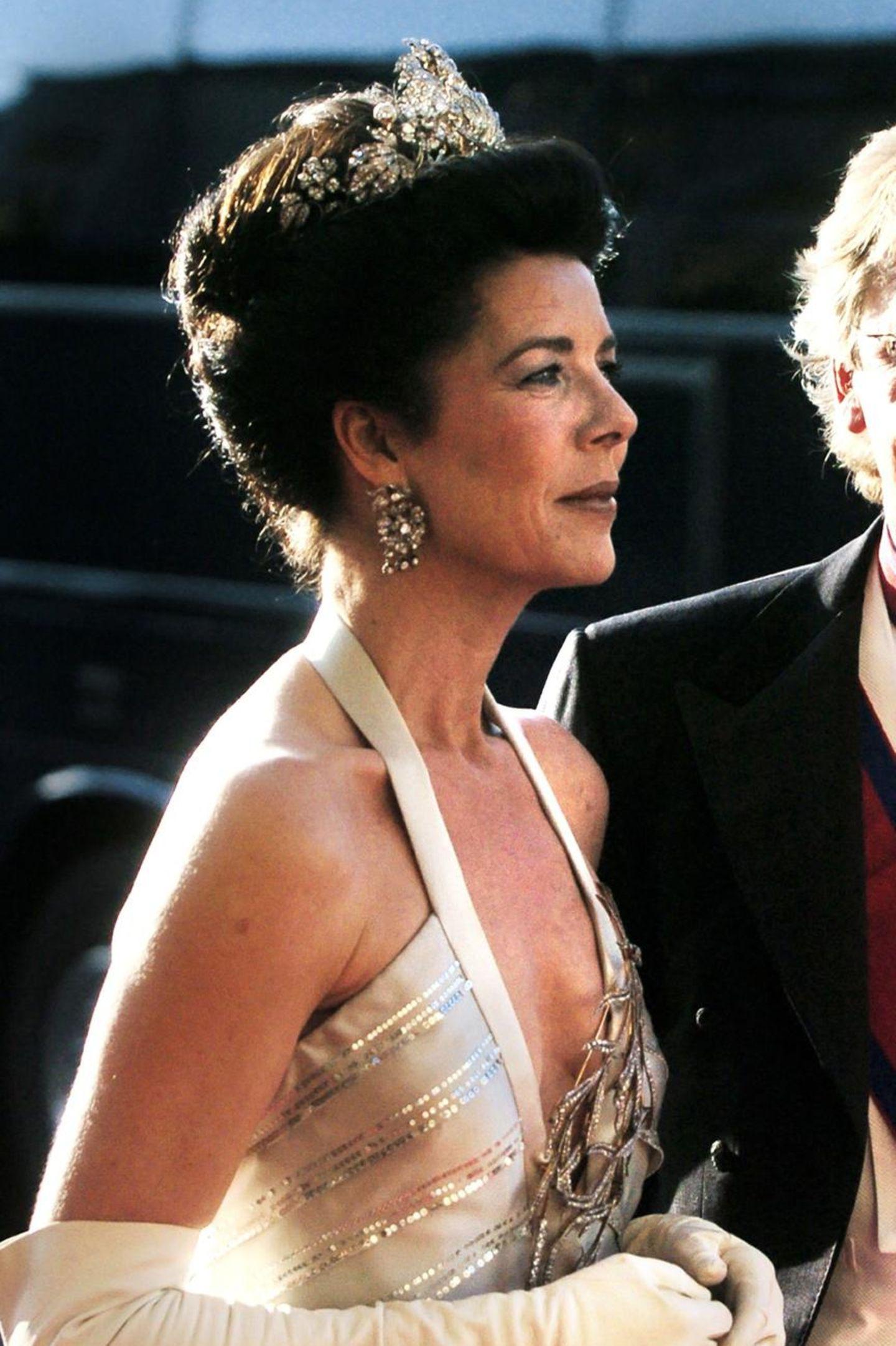 """... in 2004 Prinzessin Caroline damit auf einer Gala in Kopenhagen auftauchte. Nun war sie zwar nicht persönlich bei der Hochzeit ihres Ex-Stiefsohnes anwesend, doch scheint das Weiterreichen des Diadems wie eine herzliche Geste, die """" Willkommen in der Familie"""" bedeutet."""