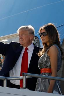 "Donald Trump und Melania Trump besteigen am 8. Juli 2017 die ""Air Force One"", um von Hamburg nach Washington zu fliegen"