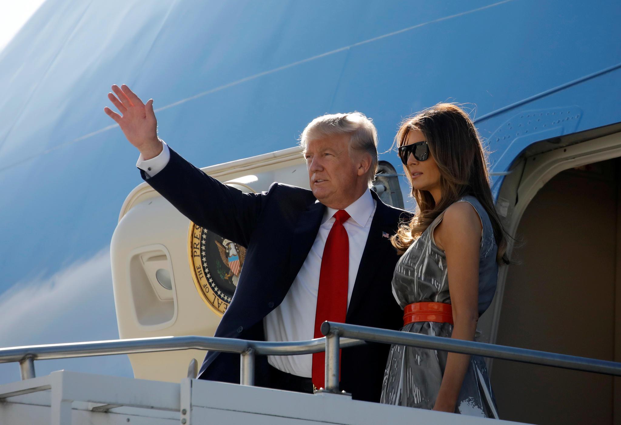 """Donald Trump und Melania Trump besteigen am 8. Juli 2017 die """"Air Force One"""", um von Hamburg nach Washington zu fliegen"""