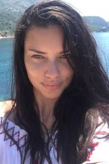 Wenig Stoff trägt Adriana Lima gerne auch einmal in ihrer Freizeit. Dann muss aber auch die Schminke runter.