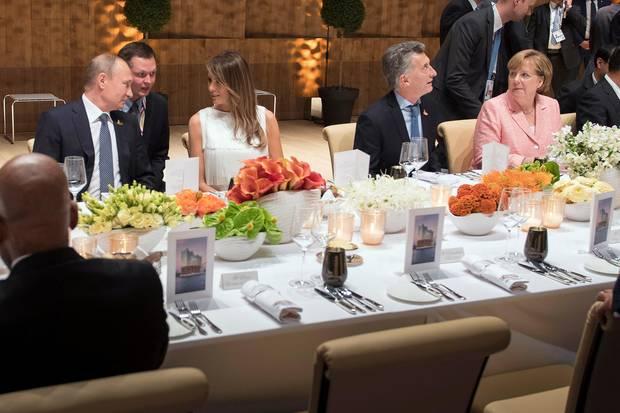"""Melania Trump und Wladimir Putin bei einem Dinner in der Elbphilharmonie im Rahmen des """"G20""""-Gipfels in Hamburg"""