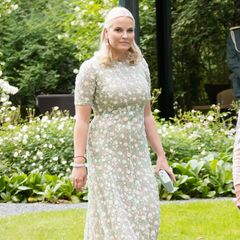 Prinzessin Mette-Marit  1. Sandra Mansour  Ein echter Geheimtipp unter Royals ist die Designerin Sandra Mansour, die Anfang Juni sogar das Brautkleid der Neu-Prinzessin Hannovers, Ekaterina Malysheva, entwarf. Mette-Marit trägt ihre Kleider jedoch schon länger und schwört bei besonderen Anlässen auf die sommerlichen Stickereien.