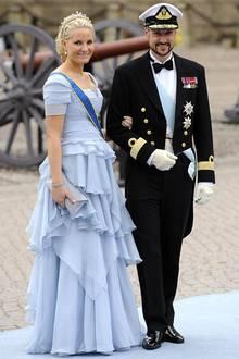 2. Pucci  Möchte Mette-Marit den absoluten Cinderella-Auftritt hinlegen, verlässt sie sich auf den Designer Peter Dundas, der bis vor ein paar Jahren noch für Pucci arbeitete. Was nämlich so gut wie niemand weiß: Peter ist in Oslo geboren, sein Vater ist Norweger - hier liegt also die Verbindung zu der skandinavischen Prinzessin.