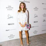 Cathy Hummels strahlt bei der Show von Marina Hoermanseder ganz sommerlich im weißen Volant-Dress.