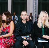Auch Tokio-Hotel-Frontmann Bill Kaulitz hat es sich in der ersten Reihe bei Marina Hoermanseder bequem gemacht.