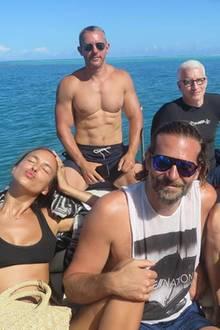 9. Juli 2017  Irina Shayk und Bradley Cooper genießen mit Freunden (darunterAllison Williamsund Diane von Fürstenberg) eine kurze Auszeit auf Tahiti und lassen bei herrlichem Sonnenschein auf dem Meer die Seele baumeln.