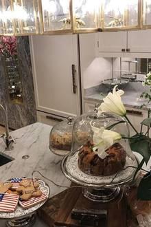 So häuslich hätte man sich Philipp Plein gar nicht vorgestellt. In seiner Küche sind frisch gebackene Kleinigkeiten und frische Blumensträuße zu sehen. Das edle Marmorschema setzt sich auch hier weiter durch.
