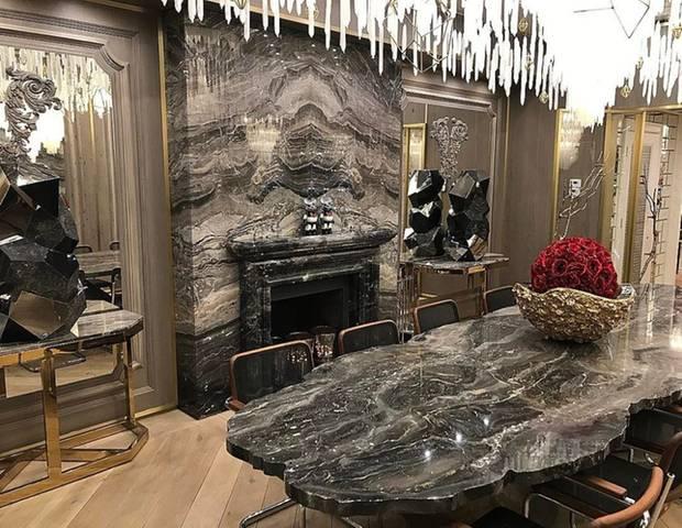 Marmor, viel Licht und frische Blumen finden sich in diesem Star-Zuhause. Ein großer Esstisch und viele Spiegel lassen das Esszimmer von Modedesigner Philipp Plein riesig aussehen.
