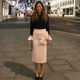 Doch eher ungewohnt für sie hat sich Ana Ivanovic in einen eleganten Business-Look geworfen: In einem roséfarbenen Bleistiftrock mit großer Schleife und einem schlicht schwarzen Oberteil mit zum Rock farblich passenden Volantärmeln, macht sie eine tolle Figur. Ihr Haarstyling hingegen hat sie an diesem Abend recht locker angehen lassen.