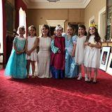 Sechs verkleidete Prinzessinnen und eine echte: Harper und ihre Freundinnen - die alle als Prinzessinnen verkleidet sind - treffen die waschechte Prinzessin Eugenie von York während der Feierlichkeiten im Kensington Palast. Stolz lächelt die Mädchen-Truppe in die Kamera.