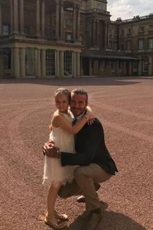 """""""So ein besonderes Mädchen, das so viel Freude und Fröhlichkeit in unsere Leben bringt"""", mit diesen Worten beschreibt David Beckham seine Tochter Harper, die ihren sechsten Geburtstag im Buckingham-Palast feiert. Dazu trägt sie ein creme-farbenes Spitzenkleid und goldene Sandalen."""