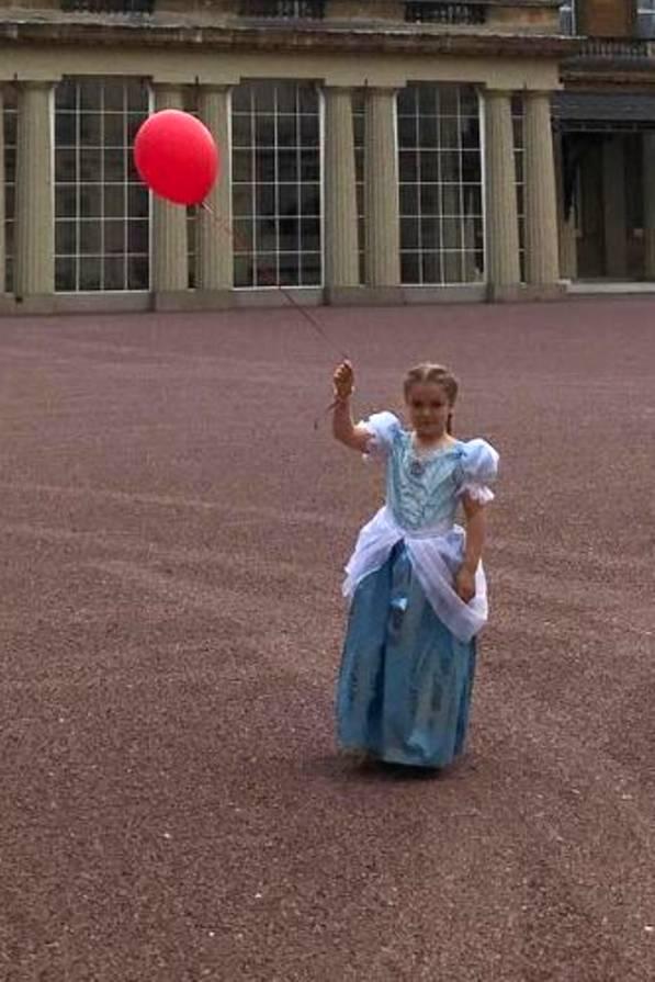Sie ist die Prinzessin der Familie, als jüngste Schwester mit drei älteren Brüdern genießt Harper Beckham den absoluten Nesthäkchen-Status. Am 10. Juli 2017 feiert die Tochter von David und Victoria Beckham ihren sechsten Geburtstag. In einem hellblauen Prinzessinnen-Kleid posiert die Jüngste des Beckham-Clans vor dem Kensington-Palast mit einem roten Luftballon.