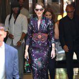"""Celine Dion kann einfach alles tragen. Zu einem lilafarbenen Seidenkleid in orientalischem Stil kombiniert die Sängerin eine absolute It-Bag: Die """"Sylvie Floral Jacquard"""" von Gucci."""