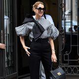 Was für ein Look! Celine Dion verzaubert in schwarz-weiß und einer tollen Oversize-Bluse vom Label Dice Kayek. Dazu kombiniert sie eine schwarze Hose und elegante Accessoires.