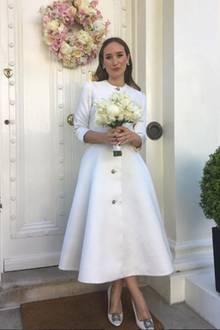 Schon zur standesamtlichen Hochzeit in London entschied sich Alexandra für ein besonderes Kleid. Schlicht aber extravagant zugleich ist diese Kreation von Esme Vie. Dazu trägt sie ein Haarband-Krönchen von Miu Miu und Manolo Blahnik Schuhe.