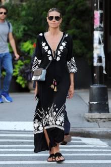 Dieser Look macht Lust auf Urlaub! Heidi Klum flaniert in einem schwarzen Boho-Kleid durch die Straßen New Yorks und sieht dabei einfach fabelhaft aus.