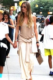 Nett in Nude: Heidi Klum spaziert mit ihren Kids durch New York und trägt ein stylisches casual-chic Outfit.