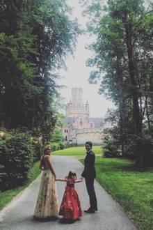 Die einzigartige Kulisse lädt die Gäste - wie hier Prinzessin Maria-Olympia von Griechenland mit ihrem Vater, Prinz Pavlos - dazu ein, wunderschöne Fotos von sich machen. Diese teilen sie auf Instagram und geben uns damit Einblicke, die so eigentlich nicht vorgesehen waren. Schließlich hat sich das Brautpaar Diskretion gewünscht.