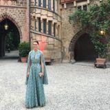 Alana Bunte, die Verlobte von Prinz Casimir zu Sayn-Wittgenstein, nimmt uns sogar mit in den Schlosshof, der mit Rosenranken und roten Lichtern besonders romantisch wirkt.