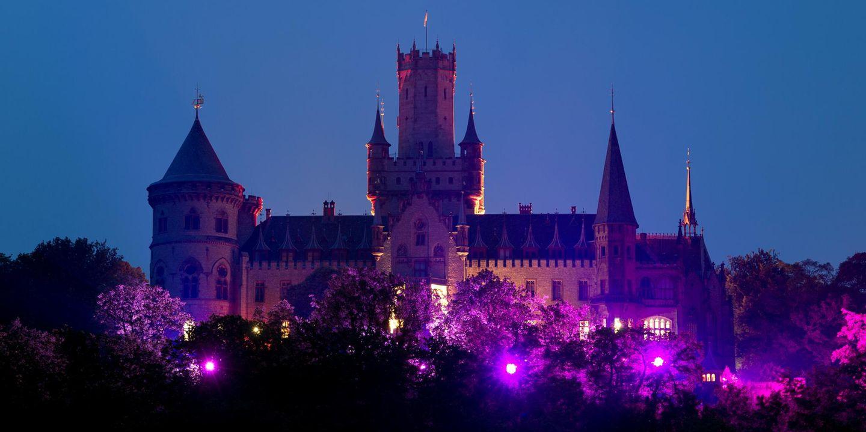 Zu späterer Stunde kommen die bunten Lichter noch stärker zu Geltung. Das Schloss erstrahlt von außen in einem lila Licht. Und auch im Inneren...