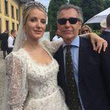 Der Empfang in den Herrenhäuser Gärten  Sehr glücklich strahlt die Braut, als sie Gäste wie den Künstler Grillo Demo empfängt. Die Location: die Galerie Herrenhausen.