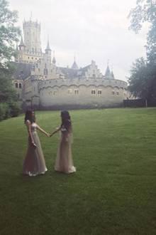 Doch auch die Designerin des Brautkleides, Sandra Mansour, lässt es sich nicht nehmen, private Fotos auf der Schlosswiese zu schießen und bei Instagram zu veröffentlichen.